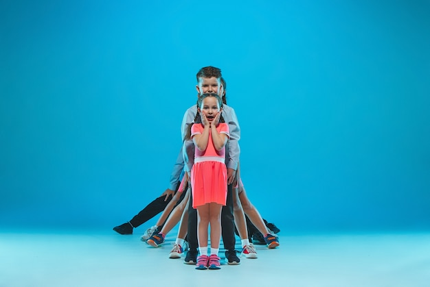 かわいい面白い女の子と男の子の青の上で踊って