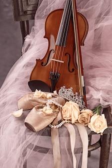 バラとバレエシューズのヴィンテージのある静物