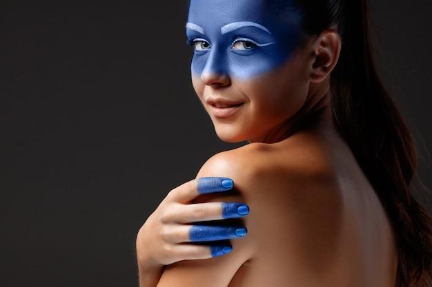 Портрет женщины позируют покрыты синей краской