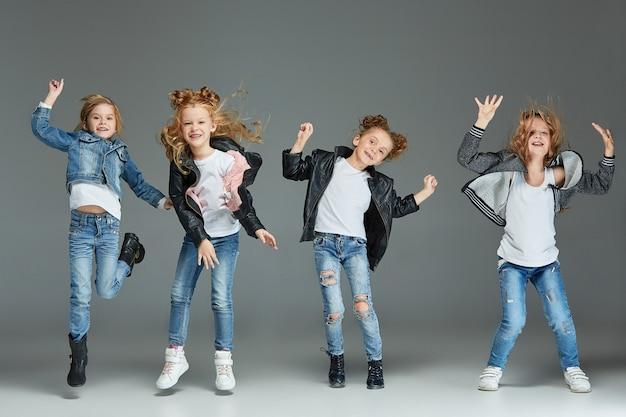 Молодая девушка прыгает