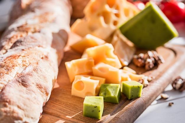 バゲットとチーズの木製ボード