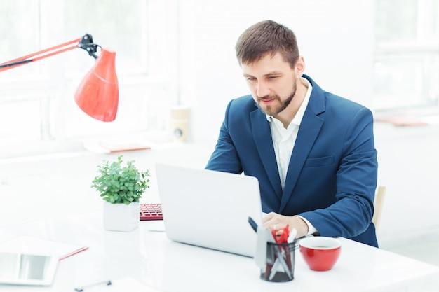 Элегантный бизнесмен сидит в офисе