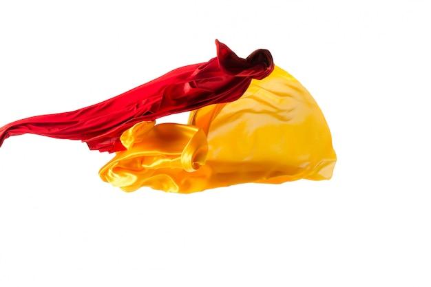 白で区切られた滑らかでエレガントな透明な黄色、赤、布
