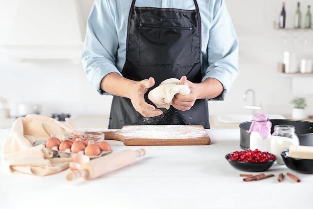 Готовить с яйцами на деревенской кухне