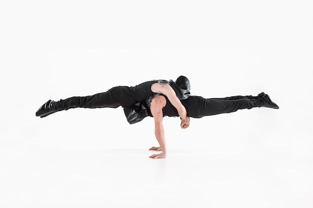 Группа гимнастических акробатических кавказских мужчин в позе равновесия