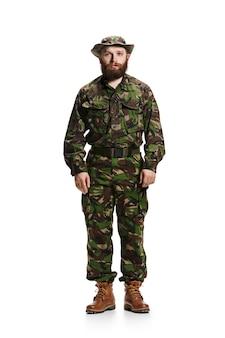 Молодой солдат в камуфляжной форме на белом