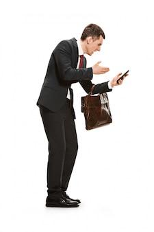 白のブリーフケースを持ったビジネスマンの全身肖像画