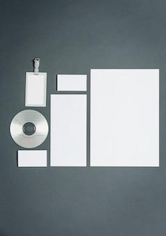 Бизнес шаблон с карточками, бумагами, диском
