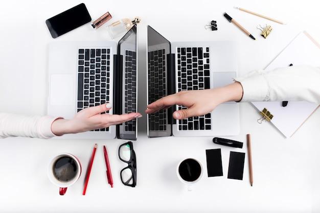 Руки людей, работающих в офисе. технологии.
