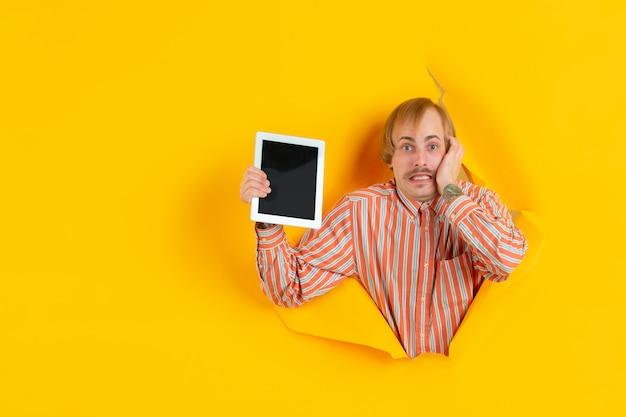 Портрет молодого человека на желтом фоне рваные прорывы