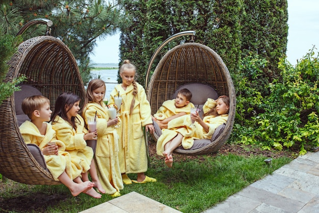 Дети отдыхают в саду