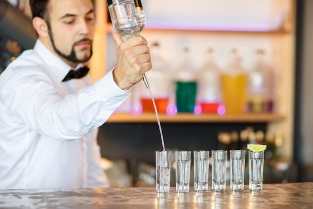 Бармен за работой, готовит коктейли.