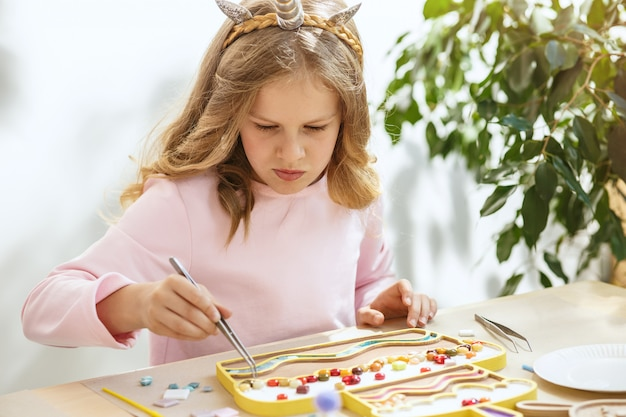 Мозаика-пазл для детей, детская творческая игра. две сестры играют в мозаику