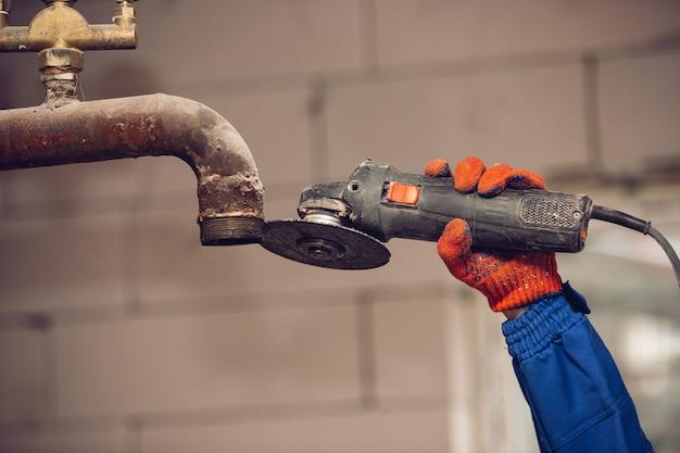 修理工、屋内で作業、修理するプロのビルダーの手のクローズアップ