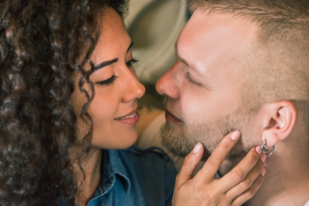 美しい若い夫婦。愛の男女。女の子と彼氏が一緒に。