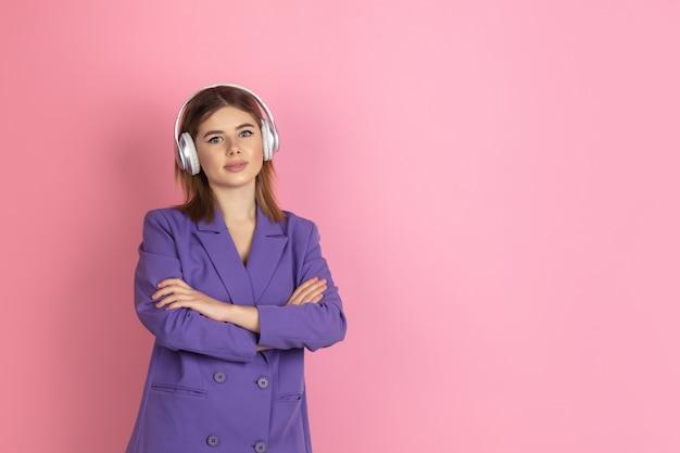 Кавказский портрет молодой женщины на розовом, эмоциональный и выразительный