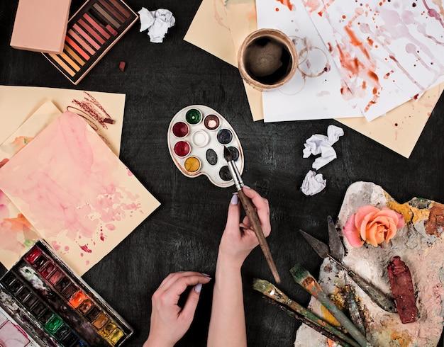 木材にペイントブラシと油絵の具のチューブ
