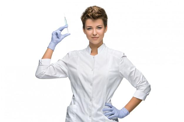 注射器を示す女性外科医の肖像画