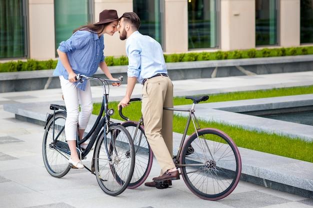 自転車で若いカップルのロマンチックなデート