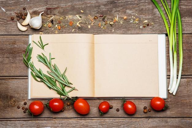 茶色の木製の背景の空白のレシピ本を開く