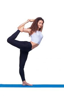 ヨガの練習を行う若いフィット女性のスタジオ撮影。
