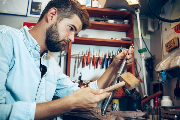 Различные инструменты ювелиров на рабочем месте ювелирных изделий. ювелир за работой в ювелирном деле.