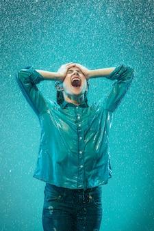 雨の中で若い美しい女性の肖像画