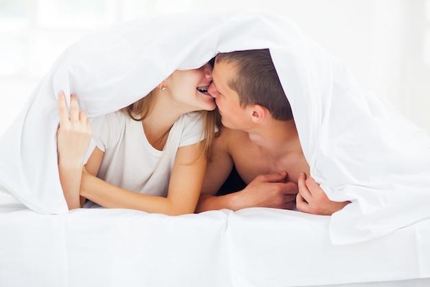 Красивая пара в постели