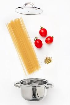 トマトソースのマカロニパスタをクローズアップ