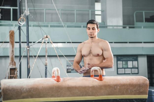 Спортсмен перед сложным занятием, спортивная гимнастика