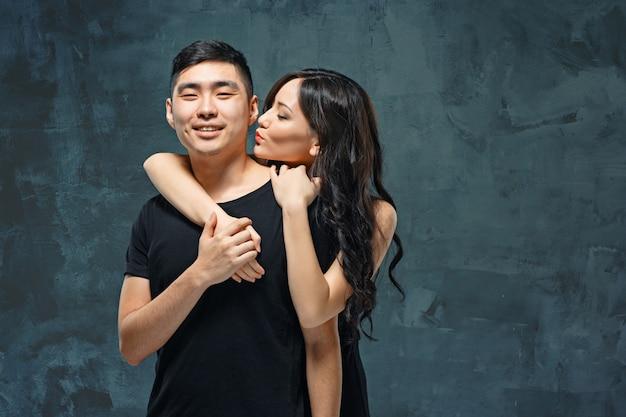 韓国のカップルを笑顔の肖像画