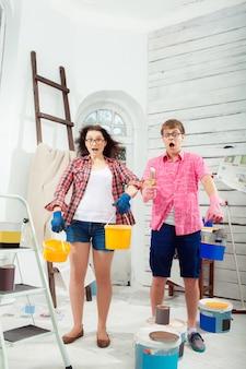 自宅で修理を行う若いカップル