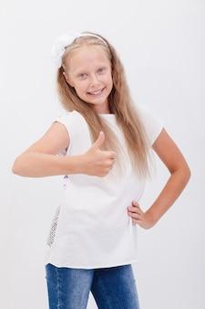 Портрет красивой девушки показывает палец вверх