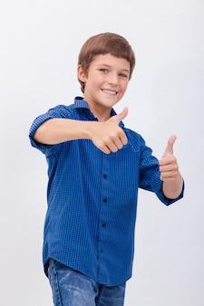 親指ジェスチャーを示す幸せな少年の肖像画