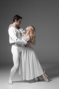 Два молодых артистов балета практикующих. привлекательные танцоры в белом