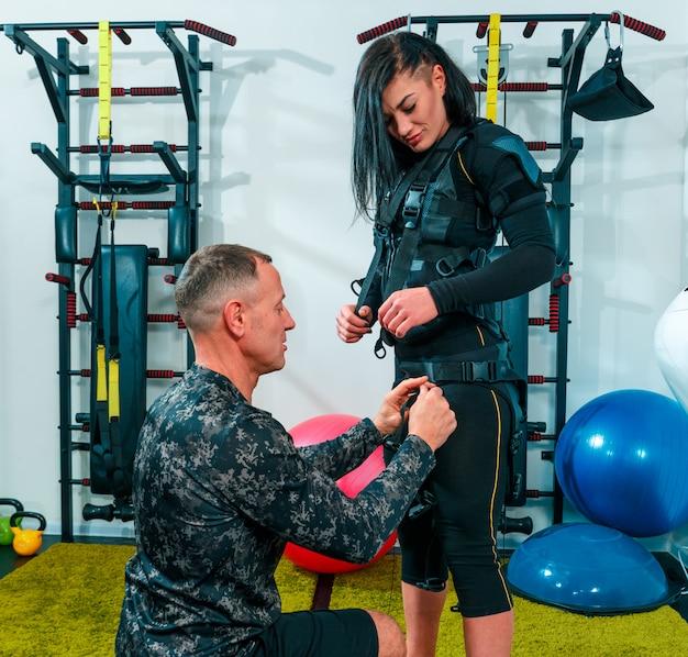 フィットネススタジオで運動をしている女性アスリート