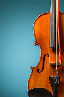 Скрипка вид спереди на синем