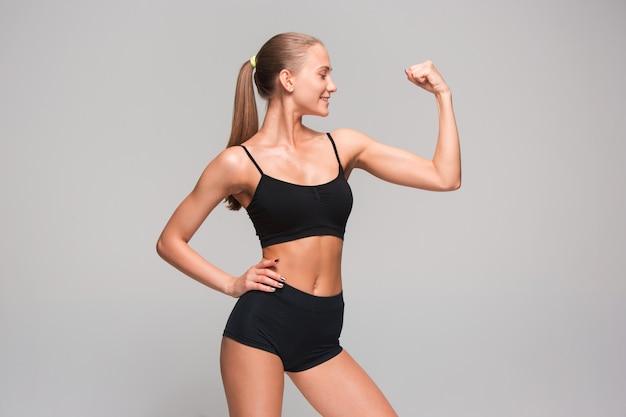 筋肉の若い女性の運動選手