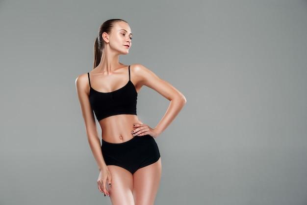 Мышечная молодая женщина спортсмен