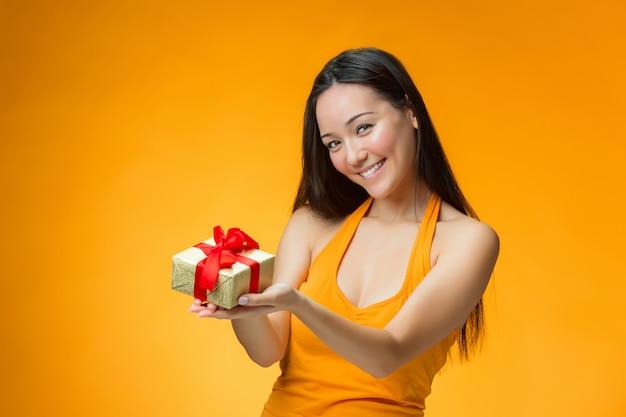 贈り物を持つ中国人女性