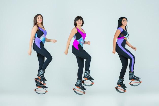 カングートレーニングにジャンプする女性のグループ