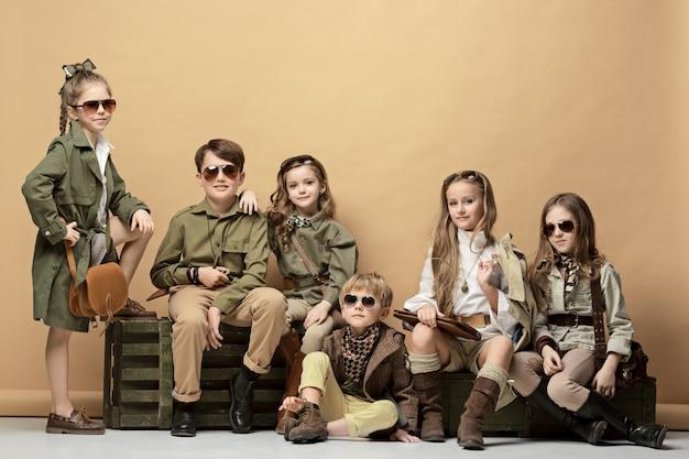 美しい少女と少年のグループ