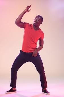 踊る若いクールな黒人男性