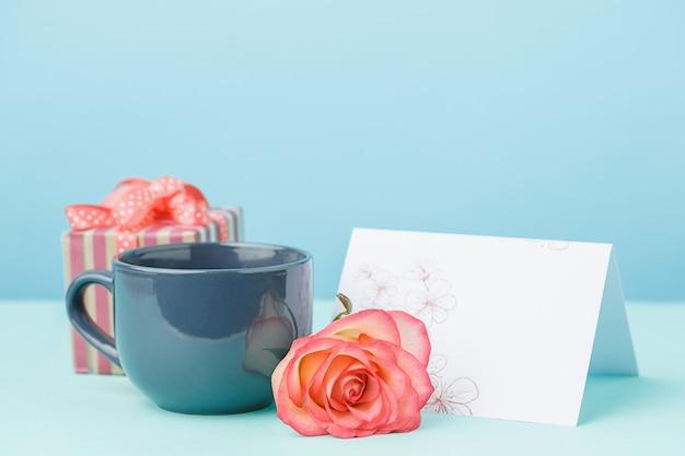 ピンクのバラ、花、テーブルのギフトの背景が大好き