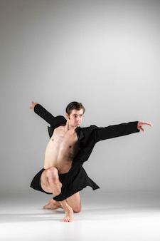 Молодая привлекательная современная балерина