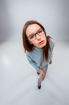 灰色の背景に若いビジネス女性