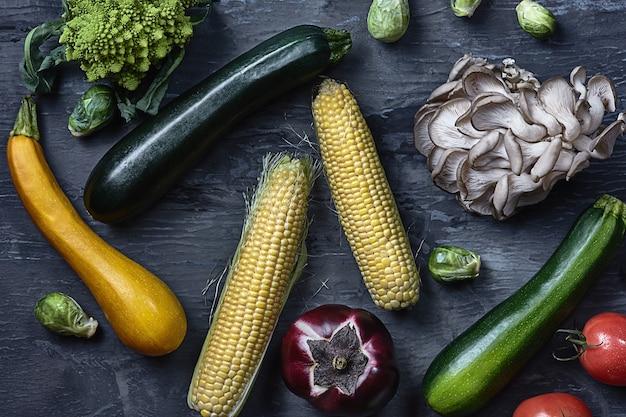 木製のテーブルで有機野菜。上面図