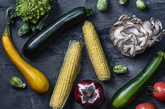 Органические овощи на деревянный стол. вид сверху
