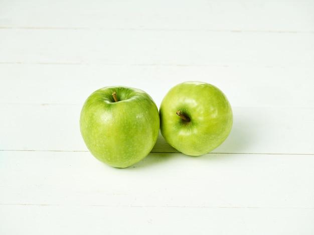 Две свежие зеленые яблоки