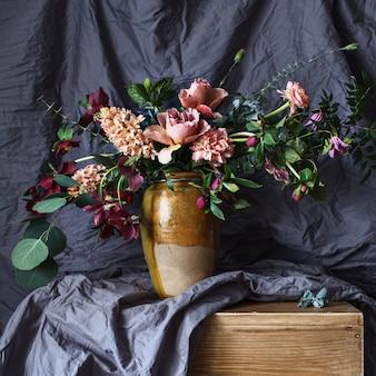テーブルの上の花瓶に花します。